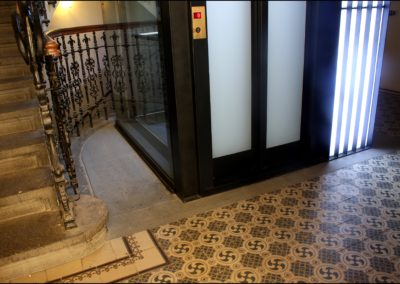 Prosklená šachta, prosklené dveře. litinové zábradlí,- hydralický osobní výtah  ZEUS - Havelská 31, Praha 1